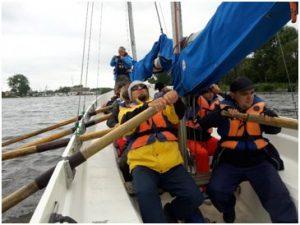 BlinDZ - Załoga wiosłuje na łódce