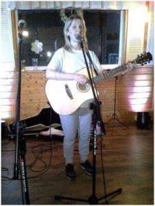 BlinDZ - Karolina Perdek z gitarą na scenie